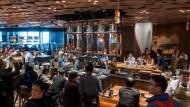 Eine ganze Kaffee-Welt: Rund 2800 Quadratmeter bietet Starbucks seinen Kunden in Schanghai – 15 Mal mehr als in normalen Filialen.