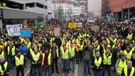"""Hier darf jeder auf der Bühne sprechen: Bei der Demo in Stuttgart kommt es zu unflätigen Beschimpfunen und """"Kretschmann weg""""-Rufen."""