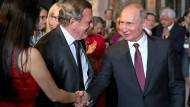 Verstehen sich: Wladimir Putin und Gerhard Schröder – und dessen Frau – im Juni in Wien.