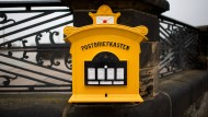 Briefe werden teurer – auch für die Kunden, die ihre Briefe in diesen Briefkasten in Dresden einwerfen.