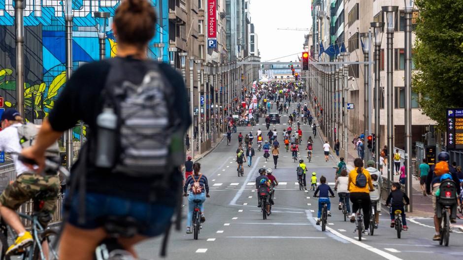 Autofrei bedeutet für Fahrräder auch: Fahrbahn frei. In Brüssel nutzten das etliche.