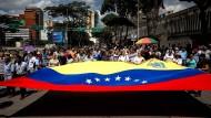 Kaum noch Ärzte, keine Medikamente und eine steigende Inflation: Die Unzufriedenheit der Venezolaner mit ihrer Regierung wächst. Immer mehr Menschen protestieren - wie hier in Caracas.