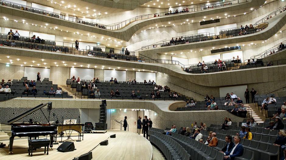 Besucher warten am 23. August 2020 auf den Beginn des Konzertes «Come together» in der Elbphilharmonie, in der es weniger Sitzplätze als sonst gibt.