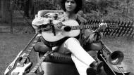 Costa Cordalis sitzt im Mai 1972 im Garten seines Reihenhauses in Heusenstamm bei Frankfurt am Main. 1976 veröffentlichte er seinen Ohrwurm Anita.