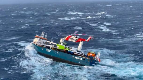 Rettung von Frachter-Besatzung per Hubschrauber