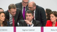 Leerer Blick: Sichtlich angefasst wird Sigmar Gabriel von führenden Sozialdemokraten auf dem Parteitag umringt.
