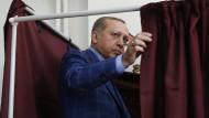 Der türkische Präsident Erdogan am Sonntag vor der Stimmabgabe in einem Wahllokal in Istanbul