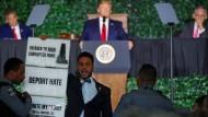 Präsident Trump wird bei einer Rede in Virginia von einem Zuhörer unterbrochen.