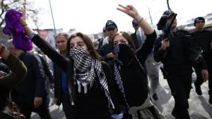 Türkische Polizei löst Frauen-Demonstration mit Gummigeschossen auf