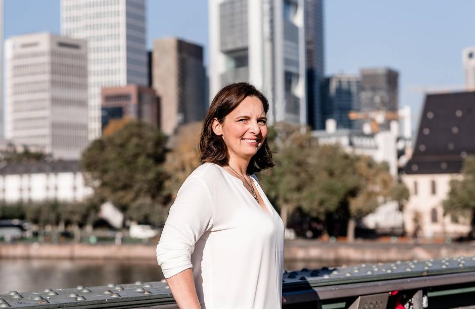 Sylvia Allwinn: Eine echte Frankfurterin, obwohl sie aus dem Rheinland stammt. Das Foto entstand auf dem Eisernen Steg vor dem Turm der Commerzbank - beide Bauwerke sind auch auf dem Frankfurt-Teppich zu finden.