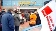 Streitfall: Protest der Gewerkschaft Verdi vor dem Einkaufszentrum Loop 5 in Weiterstadt gegen verkaufsoffene Sonntage.
