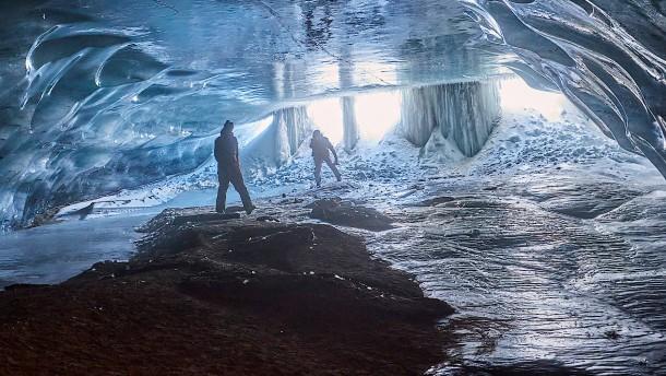 Beeindruckende Eishöhle in der Schweiz
