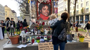 Jackson-Fans demonstrieren in München gegen umstrittene Doku