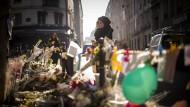 Trauernde im November 2015 vor einem Restaurant, in dem die Terroristen gemordet hatten