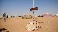 Tunesien, El Kamour: Am Rande des Zeltlagers wurde ein junger Mann von einem Fahrzeug der Nationalgarde überfahren. Die Grünen weigern sich, Tunesien als sicheres Herkunftsland zu erklären.