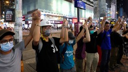Tausende Demonstranten bilden Kette für die Freiheit