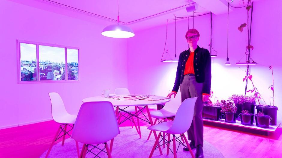 """Pflanzen züchten in der Zukunft: Kathrin Meyer in der Installation """"Linderung des Schocks"""" von Superflux in der Schau """"Was ist Natur?"""""""