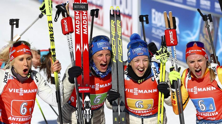 """""""Die Oma stellt den Sekt kalt"""": Denise Herrmann, Franziska Preuß, Vanessa Hinz und Karolin Horchler (von links) freuen sich über Staffel-Silber."""