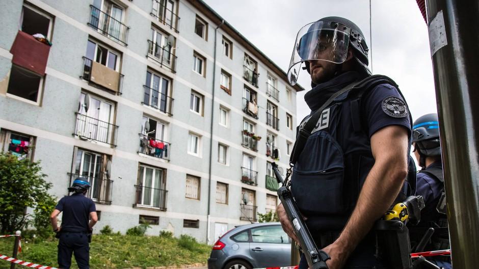 Nach den Anschlägen: Polizist in Val Notre Dame in der Nähe von Paris.