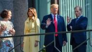 Angekommen: Das Ehepaar Trump zu Gast beim finnischen Staatspräsidenten Niinisto und seiner Frau Jenni Haukio.