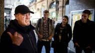 Authentische Berichte: Thomas Adam erzählt den Studenten bei seiner Führung im Hauptbahnhof von seinem früheren Leben auf der Straße.