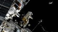 Dieses Standbild aus einem Video der NASA zeigt Sergej Prokopjew, Kosmonaut aus Russland, wie er einen Sirius-Nanosatelliten von der Internationalen Raumstation in den Orbit entlässt.