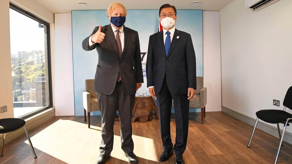 Daumen hoch: Der britische Premierminister Boris Johnson begrüßt am letzten Tag des G-7-Gipfels den südkoreanischen Präsidenten Moon Jae-In.