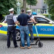 Bei einer Polizeikontrolle wird ein E-Scooter-Fahrer von der Polizei verwarnt.