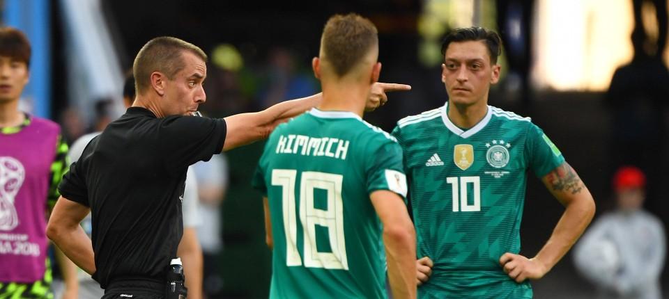 Das Tor zählt: Im Spiel der DFB-Elf gegen Südkorea vergewissert sich Schiedsrichter Mark Geiger mit Hilfe der Zeitlupe.