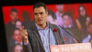 Pedro Sánchez, sozialistischer Ministerpräsident von Spanien, gestikuliert am Rednerpult