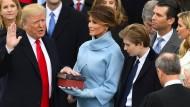 Donald Trump spricht auf den Stufen des Kapitol den Amtseid als neuer Präsident der Vereinigten Staaten