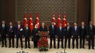 Durch die Zusammenlegung einiger Ministerin schrumpft Erdogans Kabinett um zehn Posten.