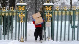 Der Computer öffnet dem Postboten die Tür