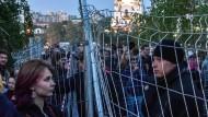 Verschiedene Welten: Demonstranten und Sicherheitsleute stehen sich am Dienstag bei Protesten in Jekaterinburg gegenüber.