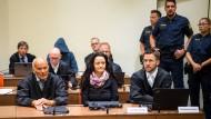 Beate Zschäpe mit ihren Anwälten Hermann Borchert (links) und  Mathias Grasel beim Prozesstag in München.