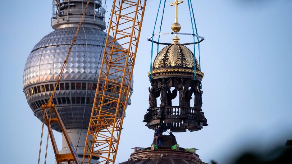 Kurz vor der Krönung: Das Berliner Schloss erhält eine neue Kuppelspitze.