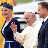 Kritik im Gepäck: Franziskus mit Präsident Duda und dessen Frau in Krakau
