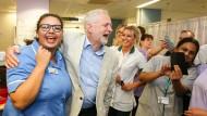 Kommt an: Jeremy Corbyn mit Krankenschwestern im Royal Stoke Krankenhaus in den Midlands