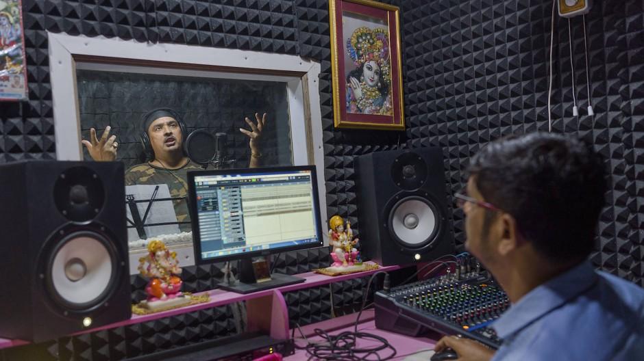 Der indische Musiker Sanjay Faizabadi in einem aufnahmestudio in Delhi im September 2019