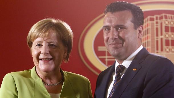 Merkel spricht sich für die Umbenennung Mazedoniens aus