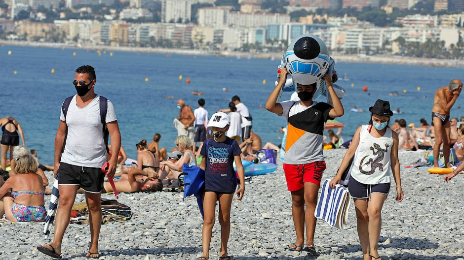 Maskenpflicht: Touristen am Strand von Nizza
