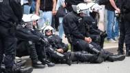 Einsatz in Hamburg: Die Zahl der verletzten Polizisten ist offenbar niedriger als bisher angenommen.