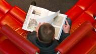 Buch und Käufer: Leser bei Hugendubel in Frankfurt