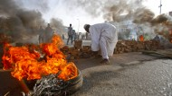 Zeichen des Protests: Demonstranten blockieren am Montag mit brennenden Reifen und Pflastersteinen die Zufahrt zum Armee-Hauptquartier in Khartum