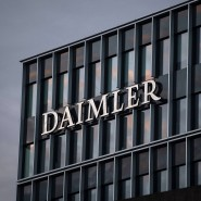 Das Logo der Daimler AG an der Konzernzentrale im Mercedes Benz-Werk in Untertürkheim