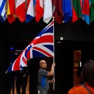Ein Angestellter hängt am 28. Oktober 2019 die britische Flagge im EU-Ratsgebäude auf.