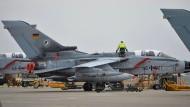 Incirlik: Ein Bundeswehr-Techniker arbeitet an einem deutschen Tornado-Kampfjet.