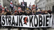 Demonstranten gehen gegen die Verschärfung des Abtreibungsverbotes in Polen auf die Straße.