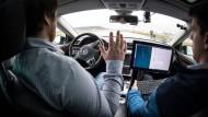 Hände hoch: VW-Fahrzeug auf einer Teststrecke für autonomes Fahren.