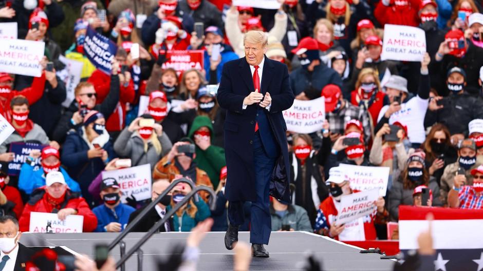 Präsident Donald Trump macht Wahlkampf in Muskegon, Michigan, am Samstag.